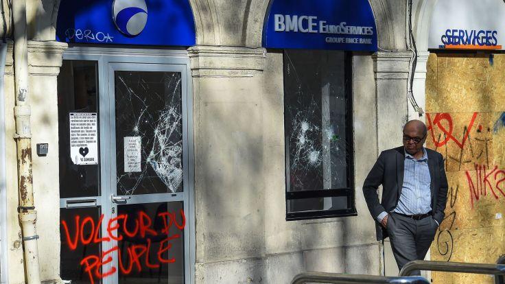les-vitrines-d-une-banque-brisees-apres-une-manifestation-de-gilets-jaunes-le-23-mars-2019-a-montpellier-herault_6187968